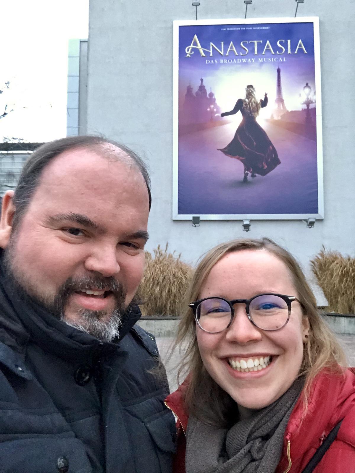 Ina und ich stehen vor dem Stage Palladium Theater in Stuttgart.