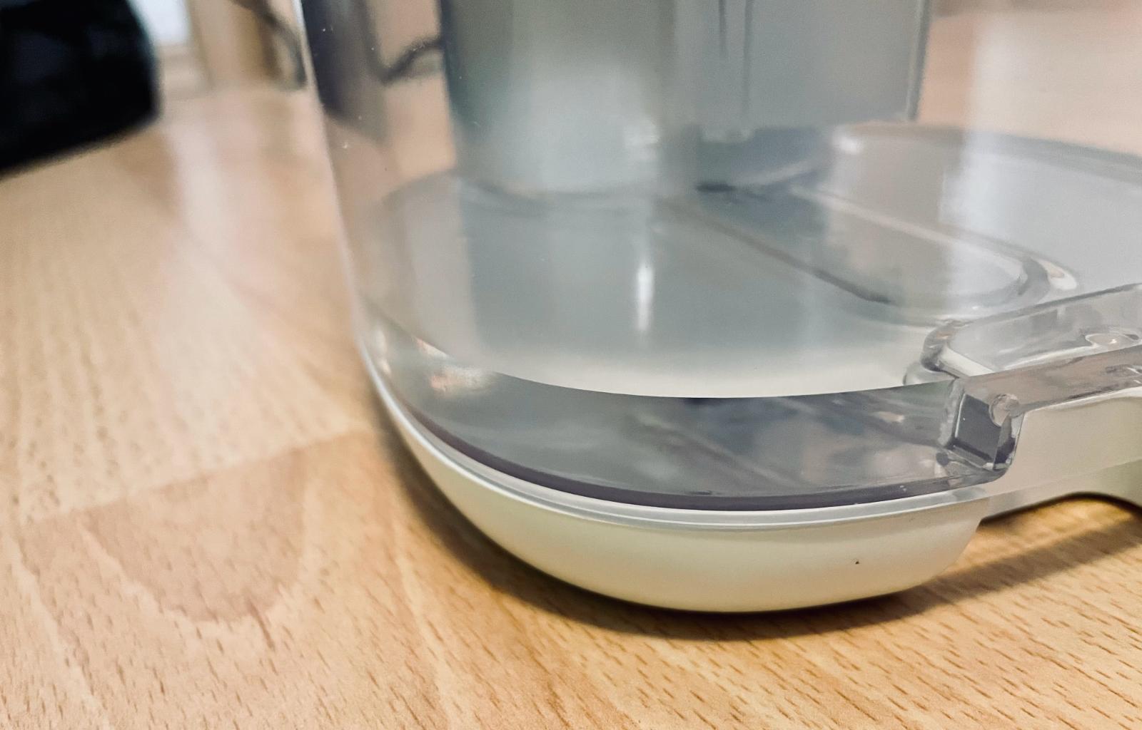Tank eines Raumentfeuchter, gefüllt mit ca. 100 ml.